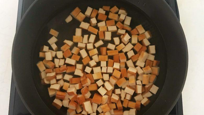 花样炒饭  什锦虾仁豆豉炒饭,锅里加入冷水烧开后放入豆干,焯水2分钟,捞出来沥干水分,备用