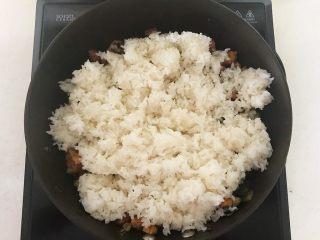 花样炒饭  什锦虾仁豆豉炒饭,加入热米饭
