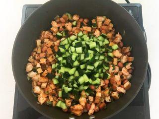 花样炒饭  什锦虾仁豆豉炒饭,加入黄瓜丁翻炒均匀