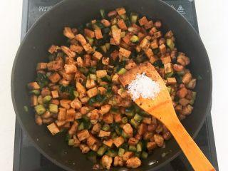 花样炒饭  什锦虾仁豆豉炒饭,加入半勺白糖