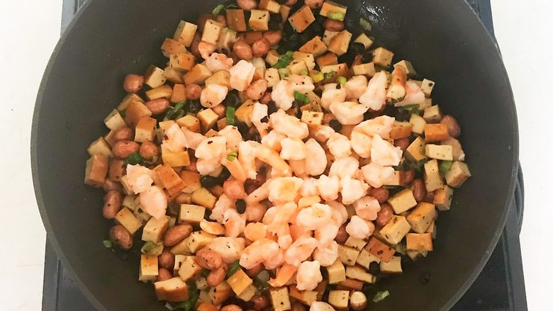 花样炒饭  什锦虾仁豆豉炒饭,加入虾仁,翻炒均匀