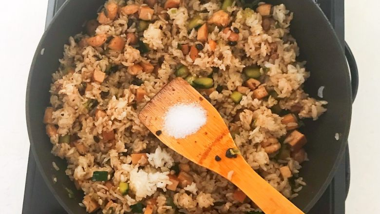 花样炒饭  什锦虾仁豆豉炒饭,加入2克精盐