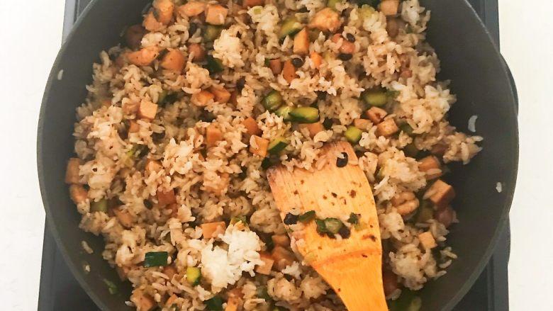 花样炒饭  什锦虾仁豆豉炒饭,把米饭炒散