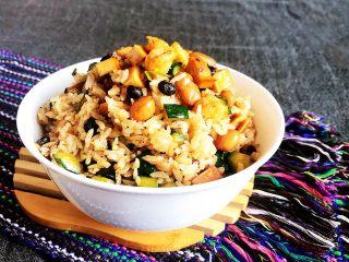 花样炒饭  什锦虾仁豆豉炒饭,这道菜品有虾仁的鲜,有豆干的韧,有黄瓜丁的脆,有豆豉的香,口感层次分明,非常独特~