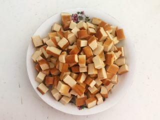 下饭小菜  豆豉什锦虾仁,把豆干切成1㎝见方的小丁