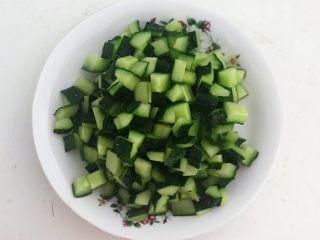 下饭小菜  豆豉什锦虾仁,把黄瓜切成小丁
