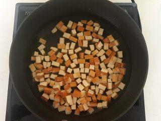 下饭小菜  豆豉什锦虾仁,锅里加入冷水烧开后加入豆干,焯水2分钟,捞出来沥干水分,备用