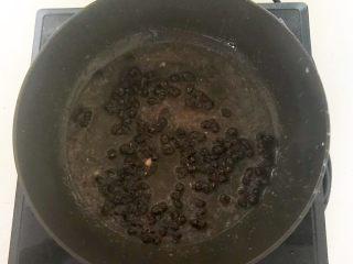 下饭小菜  豆豉什锦虾仁,用锅里的底油煸炒豆豉