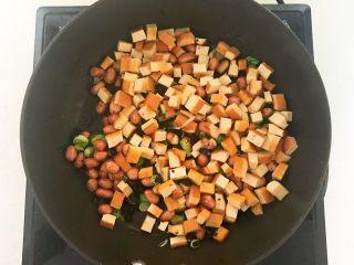 下饭小菜  豆豉什锦虾仁,加入焯好的豆干,翻炒均匀