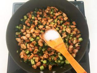 下饭小菜  豆豉什锦虾仁,加入 2克精盐