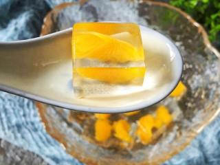 夏日饮品-水晶果冻,也可以就这样吃,因为罐头是甜的。