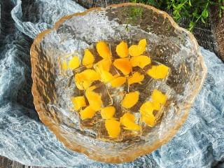 夏日饮品-水晶果冻,可以加适量的冻糖水,薄荷香精冰冰凉凉的更好吃