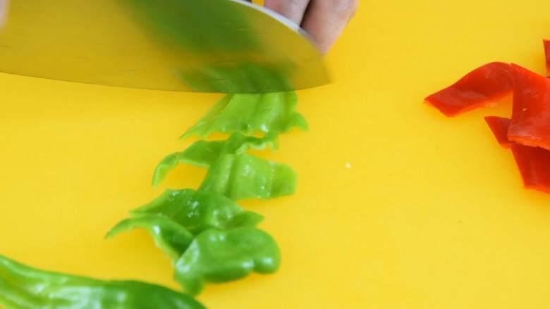 木耳炒山药—脆嫩爽口、营养美味,吃的出的健康,赶紧做起来,青红椒切菱形片,备用。