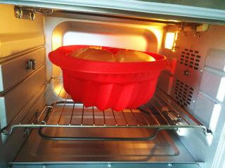萨瓦林戚风蛋糕,放入预热好的烤箱中下层上下火130度60分钟