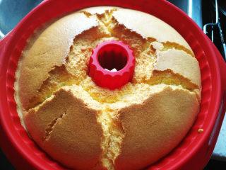 萨瓦林戚风蛋糕,上色均匀后出炉