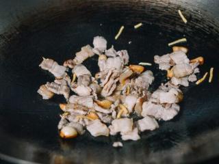 干锅花菜, 煮炒到变不透明 。