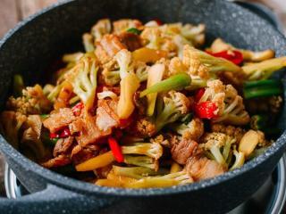 干锅花菜,我喜欢生一点的花菜,慢慢的在加热中也会变更熟一点。