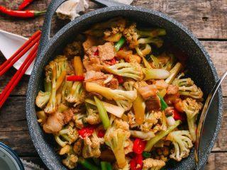干锅花菜,家里没有加热锅的就可以做成花菜炒肉版本。