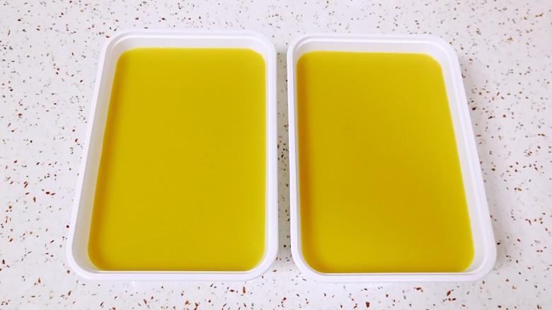 双色皮冻,准备好一次性饭盒,先倒入晾好的原味肉皮汤,放入冰箱冷藏凝固(注意倒一半就可以,上面倒蔬菜肉皮汤),再倒入晾好的胡萝卜肉皮汤至九分满,彻底凉透以后盖上盖子放入冰箱冷藏,一个小时左右就凝固了。最好冷藏一夜再吃,更加Q弹。