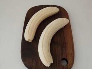 香蕉吐司卷,香蕉去皮,对半切开,切成吐司一样长