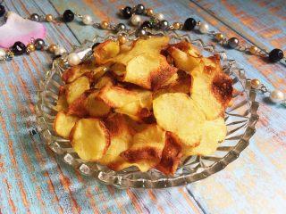 又香又脆又健康的自制薯片,烤箱200度,10分钟(具体时间、温度根据自家烤箱的脾气以及土豆片的厚薄灵活设定)