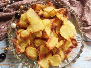 又香又脆又健康的自制薯片,出炉那个香脆哟,和市售的那些绝对有得一拼,特别喜欢有点焦脆的地方,最香最脆