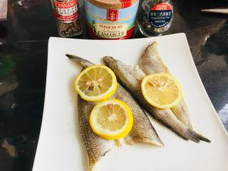 豉汁时蔬南极冰鱼,南极冰鱼,解冻后,用厨房纸将多余水分沥干。撒上少许的盐,白胡椒或者黑胡椒均可。放上柠檬片,腌制10分钟。