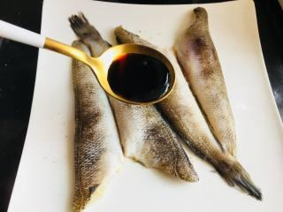 豉汁时蔬南极冰鱼,10分钟后,拿掉柠檬片,将豉油汁淋在鱼身上。涂抹均匀。配方用量仅供参考,具体口味根据自己口味酌情调节。