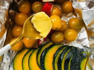 豉汁时蔬南极冰鱼,取一张锡纸,将蔬菜放在锡纸上,锡纸四边要足够大可以包裹住蔬菜。撒上适量的胡椒,盐。淋适量橄榄油,黄油放置在中间。将锡纸完全的包裹住蔬菜。