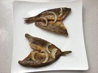 豉汁时蔬南极冰鱼,15分钟的鱼是这样的,不会特别干,肉质会有弹性。拿掉洋葱。就可以摆盘了。