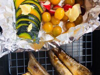 豉汁时蔬南极冰鱼,这部分我是同时烤的。如果你想鱼肉嫩嫩的,那么鱼的那部分也要包裹锡纸。