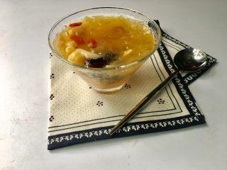 莲蓉百合红枣枸杞银耳汤,银耳汤汁红白相间、晶莹剔透。