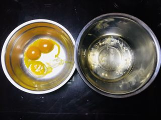 海苔肉松小贝,将蛋黄蛋白分离,倒入无水无油的容器中(我们家都吃的鸭蛋,大家这部也可选用鸡蛋🥚)