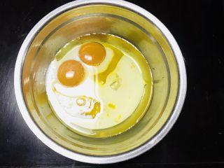 海苔肉松小贝,在蛋黄中,倒入牛奶、玉米油