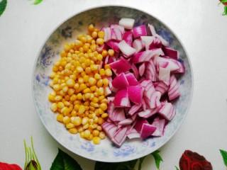 小清新咖喱饭,冷冻玉米粒煮6分钟左右至熟,洋葱洗净切小块