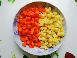 小清新咖喱饭,胡萝卜、土豆洗净去皮切小丁,土豆丁用清水冲一下去除部分淀粉