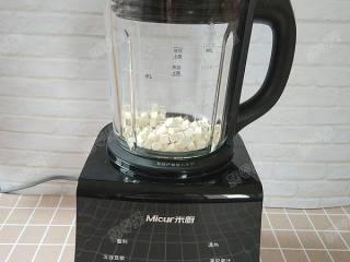 茯苓香蕉粥,盖好上盖,将料理杯安装到破壁机底座上