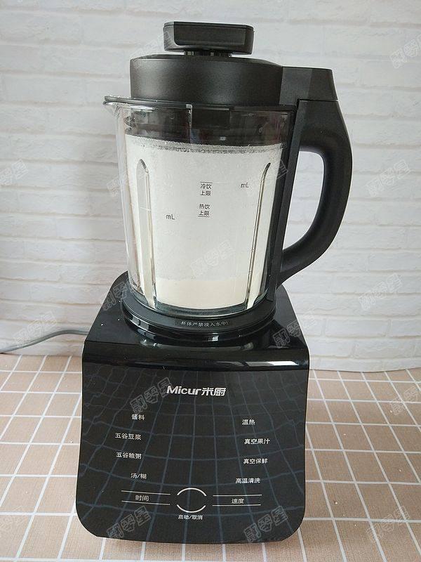 茯苓香蕉粥,破壁机接通电源,选择高速运行两分钟