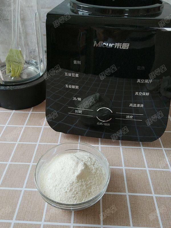 茯苓香蕉粥,将磨好的白茯苓粉倒入碗中