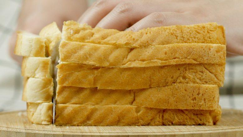 微波炉自制面包糠,吐司片5片,去边,切小块