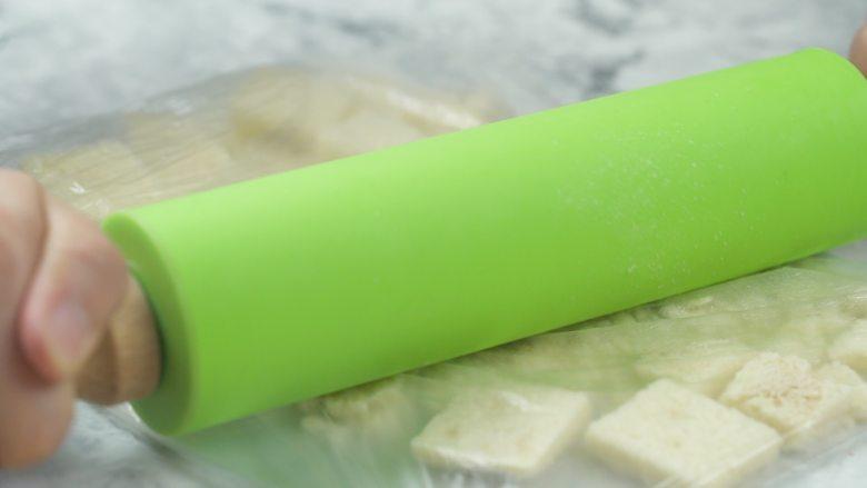 微波炉自制面包糠,冷却后,放入保鲜袋中,用擀面杖擀成粉末状