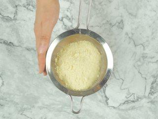 微波炉自制面包糠,将面包糠筛入盘中,即可使用
