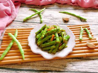 干煸四季豆,出锅装盘即可食用。