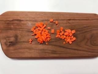【宝宝辅食】杂蔬牛肉粥, 胡萝卜去皮切成小丁;