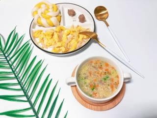【宝宝辅食】杂蔬牛肉粥,营养搭配:杂蔬牛肉粥+棒棒糖馒头+圆葱炒蛋