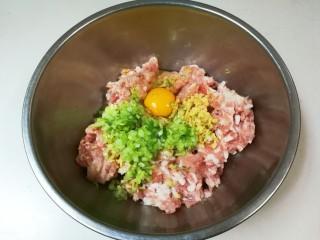 豇豆猪肉水饺,打入一只鸡蛋