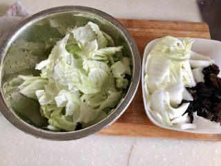 黑白配,小清新➕木耳清炒大白菜,白菜分菜帮和菜叶,菜帮子用斜刀片成二三厘米的片,菜叶子切或者手撕成小片