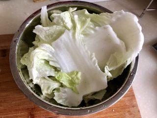 黑白配,小清新➕木耳清炒大白菜,盐水泡过的大白菜在流动水下清洗干净