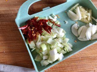 黑白配,小清新➕木耳清炒大白菜,葱白切末,干辣椒斜剪成细丝