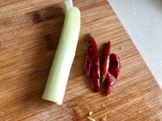 黑白配,小清新➕木耳清炒大白菜,葱白与干辣椒清洗下